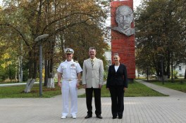 JSC2014-E-080372 (12 de septiembre 2014) --- Con la efigie de Vladimir Lenin detrás de ellos, la Expedición 41 con el ingeniero de vuelo Barry Wilmore de la NASA (izquierda), el comandante de la Soyuz Alexander Samokutiaev de la Agencia Espacial Federal Rusa (Roscosmos, centro) y la Ingeniero de Vuelo Elena Serova de Roscosmos (derecha) posan para las cámaras el 12 de septiembre en el Centro de Entrenamiento de Cosmonautas Gagarin en Star City, Rusia antes de volar a su lugar de lanzamiento en el Cosmódromo de Baikonur en Kazajstán para la capacitación previa al lanzamiento final. Serova se convertirá en la cuarta mujer rusa en volar al espacio. Crédito de la imagen: NASA/Stephanie Stoll.