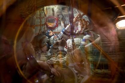 """JSC2014-E-080527 (13 de septiembre 2014) --- En el cosmódromo de Baikonur, en Kazajstán, la Expedición 41/42 compuesta por la Ingeniero de Vuelo Elena Serova de la Agencia Espacial Federal Rusa (Roscosmos) se ve en el interior de la nave espacial Soyuz TMA-14M el 13 de septiembre durante la realización de procedimientos de prueba en la primera de dos """"Comprobaciones de ajuste"""", que forman parte de las actividades de ensayo general. Crédito de la imagen: NASA/Victor Zelentsov."""