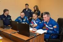 JSC2014-E-080979 (17 de septiembre 2014) --- En los alojamientos para la tripulación en el Hotel del Cosmonauta en Baikonur, Kazajstán, la Expedición 41/42 Soyuz Comandante Alexander Samokutyaev de la Agencia Espacial Federal Rusa (Roscosmos), a la derecha, prueban sus habilidades en un simulador conectado a una computadora portátil de 17 de septiembre. Crédito de la imagen: NASA/Victor Zelentsov.