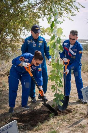 JSC2014-E-080990 (17 de septiembre 2014) --- El Ingeniero de Vuelo de NASA Barry Wilmore (centro) y Comandante Soyuz Alexander Samokutyaev de la Agencia Espacial Federal Rusa (Roscosmos), a la derecha, y la Ingeniero de Vuelo Elena Serova de Roscosmos (izquierda) plantan un árbol en una parcela que lleva su nombre detrás de los alojamientos de la tripulación en el Hotel del Cosmonauta en Baikonur, Kazajstán 17 de septiembre como parte de las ceremonias tradicionales. Crédito de la imagen: NASA/Victor Zelentsov.