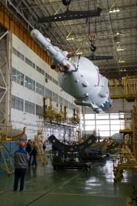 201409220008HQ El cohete Soyuz y la nave espacial Soyuz TMA-14M son ensamblados en el edificio No 112 en el Cosmódromo de Baikonur, Lunes 22 de septiembre 2014, en Baikonur, Kazajistán. Crédito de la imagen: NASA/Victor Zelentsov.