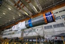 201409220009HQ El cohete Soyuz y la nave espacial Soyuz TMA-14M son ensamblados en el edificio No 112 en el Cosmódromo de Baikonur el Lunes, 22 de septiembre 2014, en Baikonur, Kazajistán. El cohete está decorado con el logotipo de los Campeonatos del Mundo de Natación 2015 (FINA), que se celebrará en Kazan, Rusia. Crédito de la imagen: NASA/Victor Zelentsov.