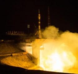 201409260009HQ Lanzamiento del cohete con la nave Soyuz TMA-14M desde el cosmódromo de Baikonur en Kazajstán el Viernes, 26 de septiembre 2014, la Expedición 41 de la Soyuz conformada por el Comandante Alexander Samokutyaev de la Agencia Espacial Federal Rusa (Roscosmos), la ingeniero de vuelo Elena Serova de Roscosmos, y el ingeniero de vuelo Barry Wilmore de la NASA, entrarán en órbita para comenzar su misión de 5 meses y medio en la Estación Espacial Internacional. Crédito de la imagen: NASA/Aubrey Gemignani.
