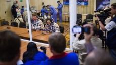201409250031HQ La ingeniero de vuelo Elena Serova de la Agencia Espacial Federal Rusa (Roscosmos), a la derecha, y el comandante de la Soyuz Alexander Samokutyaev de Roscosmos, la izquierda, se ven después de tener controlada la presión de sus trajes rusos Sokol en preparación para su lanzamiento a bordo de la nave espacial Soyuz TMA-14M el jueves, 25 de septiembre 2014, en el Cosmódromo de Baikonur en Kazajstán. Créditos de imagen: NASA/Joel Kowsky.