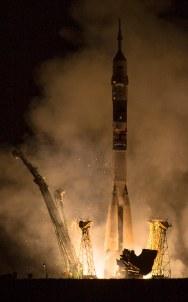 201409260003HQ Lanzamiento del cohete con la nave Soyuz TMA-14M desde el cosmódromo de Baikonur en Kazajstán el Viernes, 26 de septiembre 2014, la Expedición 41 de la Soyuz conformada por el Comandante Alexander Samokutyaev de la Agencia Espacial Federal Rusa (Roscosmos), la ingeniero de vuelo Elena Serova de Roscosmos, y el ingeniero de vuelo Barry Wilmore de la NASA, entrarán en órbita para comenzar su misión de 5 meses y medio en la Estación Espacial Internacional. Crédito de la imagen: NASA/Aubrey Gemignani.