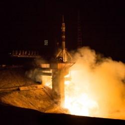 201409260005HQ Lanzamiento del cohete con la nave Soyuz TMA-14M desde el cosmódromo de Baikonur en Kazajstán el Viernes, 26 de septiembre 2014, la Expedición 41 de la Soyuz conformada por el Comandante Alexander Samokutyaev de la Agencia Espacial Federal Rusa (Roscosmos), la ingeniero de vuelo Elena Serova de Roscosmos, y el ingeniero de vuelo Barry Wilmore de la NASA, entrarán en órbita para comenzar su misión de 5 meses y medio en la Estación Espacial Internacional. Crédito de la imagen: NASA/Aubrey Gemignani.