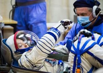 201409250027HQ La ingeniero de vuelo Elena Serova de la Agencia Espacial Federal Rusa (Roscosmos) mientras es comprobada la presión de su traje ruso Sokol en preparación para su lanzamiento a bordo de la nave espacial Soyuz TMA-14M el Jueves, 25 de septiembre 2014, en el Cosmódromo de Baikonur en Baikonur, Kazajistán. Crédito de la imagen: NASA/Joel Kowsky.
