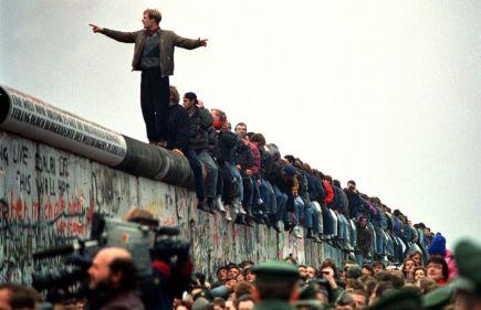 La gente sobre una sección del muro de Berlín en la Potsdamer Platz, 11 de noviembre de 1989. Foto: © John Tlumacki/Getty Images