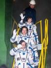 (24 de noviembre de 2014) --- Lo tripulantes de la expedición 42 conformada por la ingeniera de vuelo Samantha Cristoforetti, de la Agencia Espacial Europea (ESA) (arriba), el ingeniero de vuelo Terry Virts de la NASA (al centro) y el comandante Soyuz Comandante Anton Shkaplerov de la Agencia Espacial Federal Rusa (Roscosmos), (abajo), se despiden antes de abordar la nave espacial Soyuz TMA-15M para su lanzamiento, lunes 24 de noviembre de 2014 en el cosmódromo de Baikonur, en Kazajstán. Crédito de la imagen: NASA / Aubrey Gemignani.