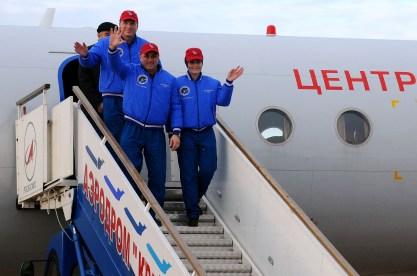 (11 de noviembre de 2014) --- En el cosmódromo de Baikonur, en Kazajstán, los tripulantes de la Expedición 42/43 tripulantes Terry Virts de la NASA (arriba), Anton Shkaplerov de la Agencia Espacial Federal Rusa (Roscosmos, centro) y Samantha Cristoforetti de la Agencia Espacial Europea (derecha) arriban en avión del Centro de Entrenamiento de Cosmonautas Gagarin el 11 de noviembre, después de un vuelo desde la Ciudad de Las Estrellas, Rusia para comenzar las últimas semanas de formación para su lanzamiento a la Estación Espacial Internacional. Crédito de la imagen: NASA / Victor Ivanov.