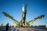 (21 de noviembre de 2014) --- Los brazos de pórtico se cierran alrededor de la nave espacial Soyuz TMA-15M para asegurar el cohete en la platafotrma de lanzamiento el viernes 21 de noviembre de 2014 en el cosmódromo de Baikonur, Kazajstán. Crédito de la imagen: NASA / Aubrey Gemignani.