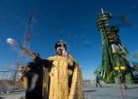 (22 de noviembre de 2014) --- Un sacerdote ortodoxo bendice a los miembros de los medios de comunicación en la plataforma de lanzamiento Gagarin del Cosmódromo de Baikonur el sábado 22 de noviembre de 2014, en Kazajstán. Crédito de la imagen: NASA / Aubrey Gemignani.