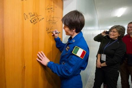 La astronauta de la ESA Samantha Cristoforetti realiza la firma tradicional en su puerta de habitación en el Hotel del Cosmonauta antes de prepararse para salir para su lanzamiento en un cohete Soyuz, en Baikonur, Kazajstán, el 23 de noviembre de 2014. En esta misión, Samantha está volando como astronauta de la ESA para la agencia espacial italiana ASI bajo un acuerdo especial entre la ASI y la NASA. Crédito: ESA-S. Corvaja, 2014.