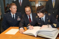 (6 de noviembre de 2014) --- En el Centro de Entrenamiento de Cosmonautas Gagarin en la Ciudad de Las Estrellas, Rusia, la tripulante de la Expedición 42/43 Samantha Cristoforetti de la Agencia Espacial Europea (derecha) firma un libro ceremonial el 06 de noviembre mientras sus compañeros de tripulación, Terry Virts de la NASA (izquierda) y Anton Shkaplerov de la Agencia Espacial Federal Rusa, Roscosmos (centro) observan. Crédito de la imagen: NASA / Stephanie Stoll.