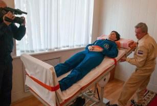 (18 de noviembre de 2014) --- En los cuartos de equipo del Hotel del Cosmonauta en Baikonur, Kazajstán, la tripulante de la Expedición 42/43, Samantha Cristoforetti de la Agencia Espacial Europea, pone a prueba su sistema vestibular en una mesa basculante el 18 de noviembre como parte del entrenamiento de pre-lanzamiento. Crédito de la imagen: NASA / Sergei Fyodorov.