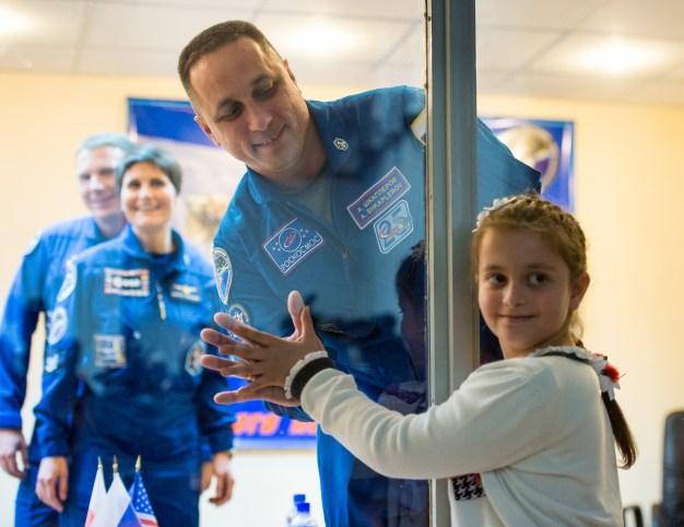 (22 de noviembre de 2014) Expedición 42: El Comandante de la Soyuz Anton Shkaplerov de la Agencia Federal Espacial (Roscosmos) se despide de su hija, a través de vidrio, al terminar la conferencia de prensa. Sábado, 22 de noviembre 2014, en el Hotel del Cosmonauta en Baikonur, Kazajstán. Crédito de la imagen: NASA / Aubrey Gemignan.
