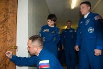 Expedición 42: el Comandante de la Soyuz , Anton Shkaplerov de la Roscosmos, lleva a cabo la tradicional firmar en su puerta del Hotel del Cosmonauta antes de salir del hotel para su lanzamiento en un cohete Soyuz con sus otros compañeros de tripulación, domingo 23 de noviembre 2014 en Baikonur, Kazajstán. Crédito de la imagen: NASA / Aubrey Gemignani.