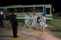 Oleg Ostapenko, Director General de la Agencia Espacial Federal Rusa (Roscosmos), y la Expedición 42/43 formada por Terry Virts de la NASA, el comandante Anton Shkaplerov de Roscosmos y la astronauta de la ESA Samantha Cristoforetti en la plataforma de lanzamiento en Baikonur, Kazajstán, el 23 de noviembre de 2014. Crédito: ESA-S. Corvaja, 2014.