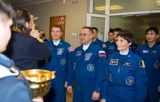Expedición 42: el ingeniero de vuelo Terry Virts de la NASA, a la izquierda, el Comandadnte de la Soyuz Anton Shkaplerov de la Agencia Espacial Federal Rusa (Roscosmos), centro, y la ingeniera de vuelo Samantha Cristoforetti de la Agencia Espacial Europea (ESA), derecha, reciben la bendición tradicional de un sacerdote ortodoxo ruso en el Hotel del Cosmonauta antes de su lanzamiento en el cohete Soyuz a la Estación Espacial Internacional (ISS), domingo, 23 de noviembre 2014, en Baikonur, Kazajstán. Crédito de la imagen: (NASA / Aubrey Gemignani)