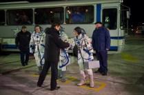 Oleg Ostapenko, Director General de la Agencia Espacial Federal Rusa (Roscosmos), estrecha las manos de la Expedición 42/43 formada por Terry Virts de la NASA, el comandante Anton Shkaplerov de Roscosmos y la astronauta de la ESA Samantha Cristoforetti en la plataforma de lanzamiento en Baikonur, Kazajstán, el 23 de noviembre de 2014. Crédito: ESA-S. Corvaja, 2014.