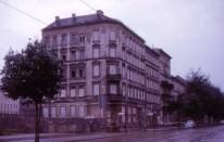 Berlín - Bernauer Strasse: fue la parte más notoria del Muro de Berlín. Los edificios estaban justo en la frontera. Algunos alemanes del este se escaparon a Berlín Occidental a través de las ventanas en los primeros días del muro. Al menos una persona murió saltando desde una de las ventanas. Los edificios fueron desalojados y las ventanas selladas. Alemania del Este demolio varios de los edificios a lo largo de Bernauer Strasse a partir del año 1963 cuando la imagen fue tomada. Berlín, RFA, 19 de agosto de 1963. Foto: Roger Wollstadt/Flickr.