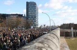 Miles de personas se manifiestan contra el desmantelamiento parcial del Muro de Berlín, Alemania, 03 de marzo de 2013. La razón para el desmantelamiento planificado es un proyecto de construcción. Foto: © Florian Schuh/dpa/Corbis