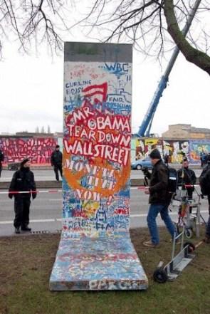 """Una sección del muro con la inscripción """"Sr. Obama Derribar Wall Street"""", extraida de la East Side Gallery por la Policía de Berlín, Berlín, Alemania, 01 de marzo de 2013. Foto: © Craig Robinson/Demotix/Corbis"""