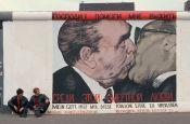 Mural del 'Beso entre hermanos' de Leonid Brézhnev y Erich Honecker en el muro de Berlín, Septiembre de 1990. Foto: © Peter Turnley / Corbis /