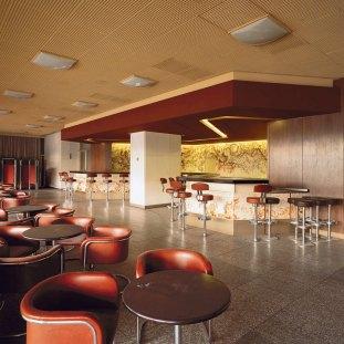 Bar expreso, ubicado en el primer piso. Foto: Thorsten Klapsch/Edition Panorama.
