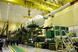 20 de noviembre de 2014: Completando la integración de la nave: La nave soyuz es unida a la tercera etapa del cohete portador Soyuz-FG. Foto: S.P. Korolev/RSC Energia.