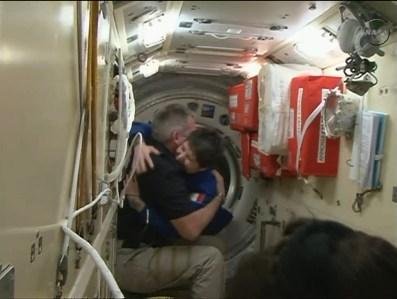 Samantha Cristoforetti es la primera en salir de la nave tras los últimos procedimientos del acoplamiento. Foto: NASA TV.