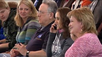 Familiares de los nuevos tripulantes hablan con ellos desde Baikonur. Foto: NASA TV.