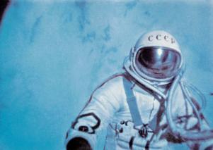 Alexéi Leónov fuera de la nave unido por un cordón de 5,3 metros de longitud. Foto: Archivo / RIA Novosti.