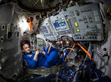 El astronauta de la NASA Scott Kelly dentro de un simulador de la Soyuz en el Centro de Entrenamiento de Cosmonautas Gagarin (GCTC), Miércoles, 04 de marzo 2015 en Ciudad de las Estrellas, Rusia. Créditos: Bill Ingalls / NASA.