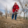 El astronauta de la NASA Scott J. Kelly riega un árbol plantado en su honor durante el día de prensa como parte de las ceremonias previas al lanzamiento, el sábado, 21 de marzo 2015, en Baikonur, Kazajstán. Créditos: Bill Ingalls / NASA.
