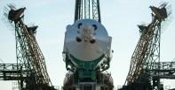 La nave espacial Soyuz TMA-16M es elevada a la posición vertical, poco después de llegar a la plataforma de lanzamiento, el miércoles, 25 de marzo 2015, en el cosmódromo de Baikonur, Kazajistán. Créditos: Bill Ingalls / NASA.
