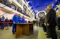 La Expedición 43 conformada por el astronauta de la NASA de Scott Kelly, a la izquierda, los cosmonautas rusos Gennadi Padalka (al centro), y el cosmonauta ruso Mijail Kornienko de Roscosmos, presentan su informe a los altos funcionarios en su segundo día de exámenes de cualificación en el Centro de Entrenamiento de Cosmonautas Gagarin(GCTC), el miércoles, 04 de marzo de 2015 en Ciudad de Las Estrellas, Rusia. Créditos: Bill Ingalls / NASA.