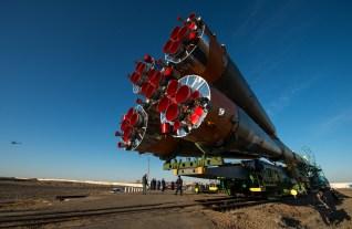 La nave espacial Soyuz TMA-16M es llevada en tren a la plataforma de lanzamiento en el cosmódromo de Baikonur, Kazajstán, miércoles, 25 de marzo de 2015. Créditos: Bill Ingalls / NASA.