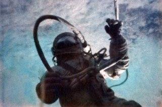 Alexéi Leónov fuera de la nave unido por un cordón de 5,3 metros de longitud. Foto: APN.