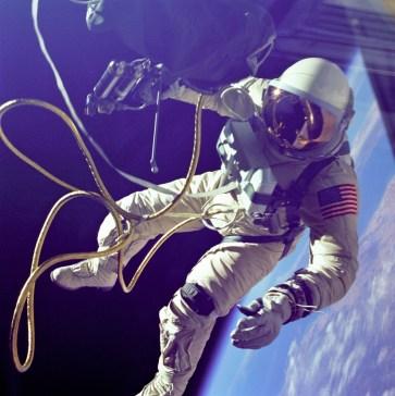 El segundo hombre en caminar en el espacio, es el astronauta estadounidense Edward White. Foto: © NASA / James McDivitt.