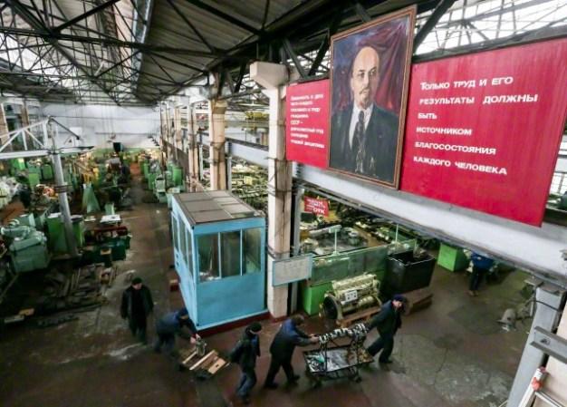 17 de marzo 2015, Sebastopol, Crimea, Rusia. Un retrato de Vladimir Lenin, es visto en un departamento de montaje turbo diesel en la planta 13 de reparación de buques de la flota del Mar Negro del Ministerio de Defensa de Rusia en Sebastopol. Artyom Geodakyan / ITAR TASS --- Imagen de © Geodakyan Artyom / ITAR-TASS / Corbis.