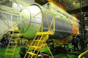 24 de marzo de 2015: Completando la integración de la nave: La tercera etapa del cohete portador Soyuz-FG es preparada para su integración con el escudo térmico. Foto: S.P. Korolev/RSC Energia.