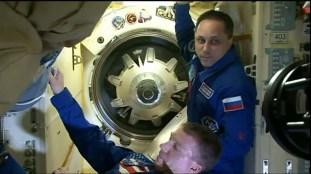 Apertura de la escotilla en el módulo Poisk. Foto: NASA TV.