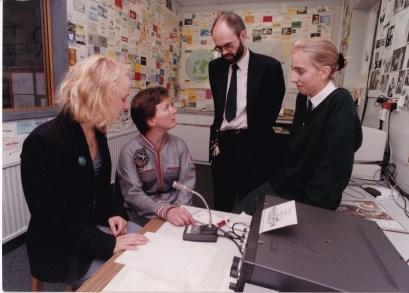 Helen Sharman visita la estación de radio del Colegio de Señoritas de Harrogate que utilizó el sufijo GB0JUNO para comunicarse con Sharman en la Estación Espacial MIR. De izquierda a derecha: Anna-Karin (G7IRR), Helen Sharman (GB1MIR), Richard Horton (G3XWH) y Katy (G7NST). Foto: © AMSAT-UK.