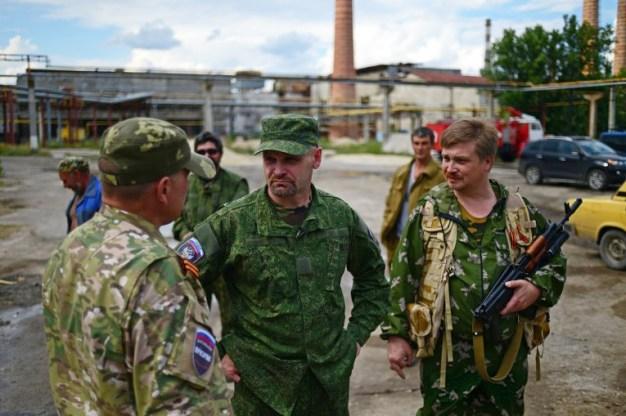 """El comandante del batallón """"Prizrak"""" de la milicia popular de Lugansk Alexei Mozgovoi habla con sus soldados. Foto de Archivo: © Valery Melnikov / RIA Novosti."""