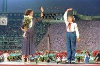 """Jane Smith y la niña embajadora de la paz Katya Lycheva, durante la inauguración de los primeros Juegos de La Buena Voluntad en el Estadio Central Vladimir Lenin de Moscú (hoy Complejo Olímpico """"Luzhnikí""""), Moscú, Unión Soviética, 7 de mayo de 1986. Foto: Boris Babanov / RIA Novosti."""