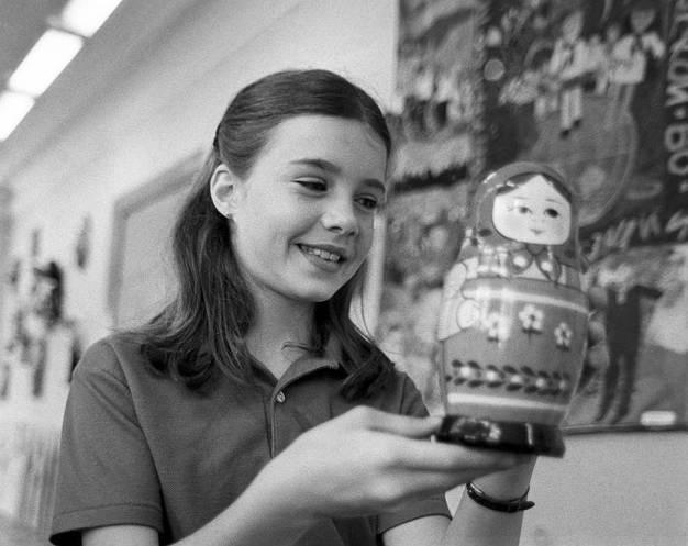 Samantha Smith con una muñeca rusa matrioska que le obsequiaron en el Museo del Juguete, Zagorsk, Región de Moscú, Unión Soviética, 17 de julio de 1983. Foto: Alexander Yakovlev / ITAR-TASS.
