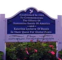 """Inscripción en el Jardín de los Niños de La Páz de Míchigan, dedicado a Samantha Smith y Katya Lycheva, abajo se lee la frase de Albert Einstein: """"La paz no puede mantenerse por la fuerza. Sólo puede alcanzarse mediante el entendimiento"""", Pine Grove Park, Port Huron, Míchigan, Estados Unidos. Foto: mdprovost / Flickr."""
