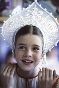 Samantha Smith en el traje nacional ruso, hecho por los jóvenes de Artes Aplicadas del Palacio de Pioneros de Moscú. Foto: RIA Novosti / Yuri Abramochkin.