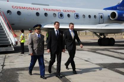18 de agoto de 2015: Los tripulantes de la Soyuz TMA-18M conformados por el astronauta de la ESA Andreas Mogensen, el cosmonatua kazajo Aidyn Aimbétov y el comandante de la nave espacial Serguéi Vólkov de Roscosmos, llegan al Cosmódromo de Baikonur. Foto: S.P. Korolev/RSC Energia.